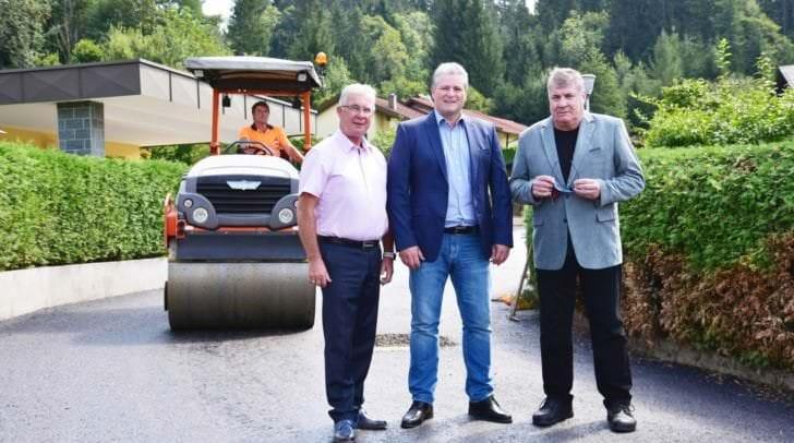 Verkehrs-Stadtrat Harald Sobe und die beiden Anrainer Michael Hiesel und Edmund Wolf, die sich besonders um die Einbindung der Anrainer in das Straßenprojekt Hans-Maresch-Weg gekümmert haben