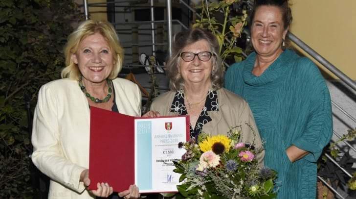 Bürgermeisterin Maria-Luise Mathiaschitz und Kulturamtsleiterin Manuela Tertschnig überreichen Heiderose Hildebrand den Anerkennungspreis.