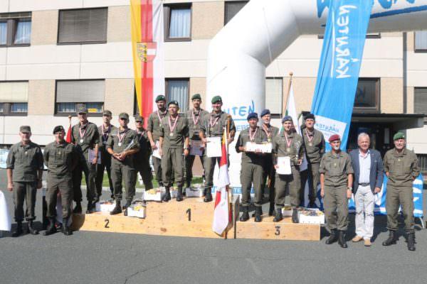 Die erfolgreichen Mannschaften bei der Siegerehrung.