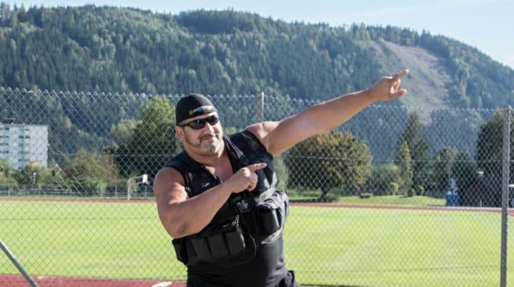 Mit einer zusätzlichen Gewichtsjacke überschreitet der Extremkraftsportler die Gewichtsmarke von 200 kg und möchte damit der schwerste Läufer aller Zeiten werden.