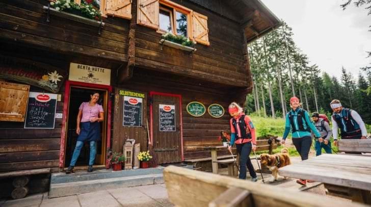 Genussvolle Einkehr nach traumhaften Wanderungen im Herbst: HüttenKult