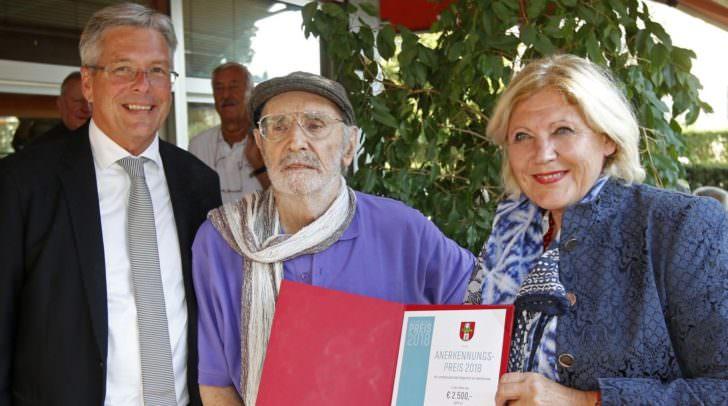 Bürgermeisterin Dr. Maria-Luise Mathiaschitz überreicht den Anerkennungspreis der Stadt Klagenfurt an Horst Dieter Sihler