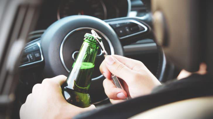 Der PKW-Lenker war alkoholisiert und kam gestern Abend mit seinem Fahrzeug von der Fahrbahn ab.