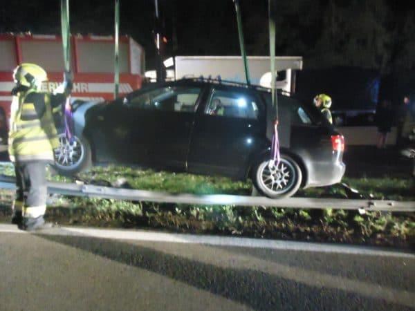 Durch die Leitschiene wurde der Unterboden des Fahrzeuges stark beschädigt.