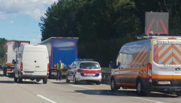 Der blaue LKW hielt nach dem Vorfall am Pannenstreifen an.