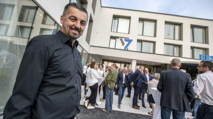 """Der bekannte Villacher Unternehmer Miki Aleksic, erklärt gegenüber 5 Minuten, dass 20 bis 30 Arbeitsplätze entstehen werden"""". Er ist auch Chef des Hotel """"Seven"""" sowie """"Mikis Knusperhendl""""."""