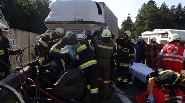 Die Bergung des Verunfallten gestaltete sich durch die starke Deformierung des Wagens schwer.