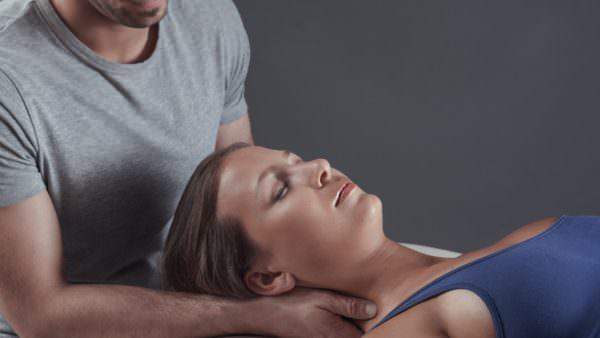 Die Osteopathie ist eine Heilkunde, bei der der Osteopath den Menschen mit seinen Händen untersucht und behandelt.