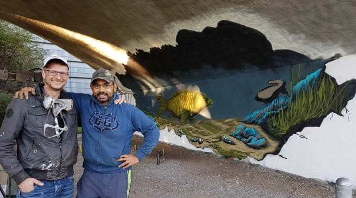 Moses und Sunny Clayton verschönern gemeinsam mit zwei Kollegen die Wände der Brücke