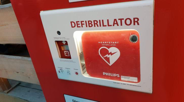 Eine solche Notfallsäule mit dem lebensrettenden Defibrillator soll ab dem Sommer in der Villacher Innenstadt stehen.