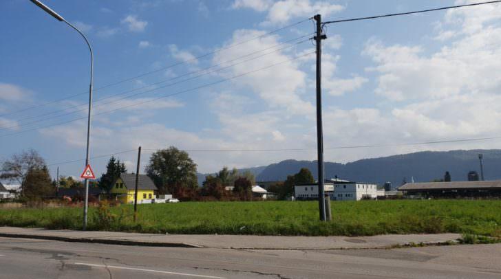 Auf der leerstehenden Fläche in der Flatschacher Straße soll der Zentrallagerplatz entstehen.