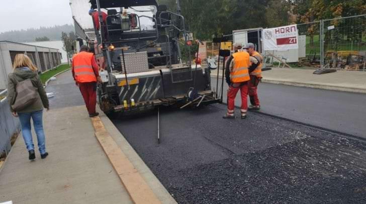 Die bestehende Straßenentwässerung wird ausgebaut, die Straßenbeleuchtung ergänzt und zum Abschluss noch eine neue Asphaltschicht aufgetragen.