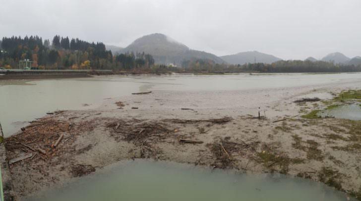 Um die Schäden so gering wie möglich zu halten, wurde der Wasserstand im Stausee Rosegg gesenkt.