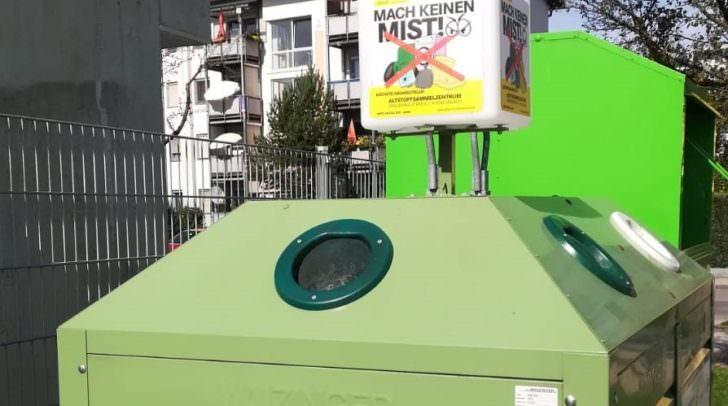 Ein bunter Würfel auf Altstoffsammelbehältern soll gegen illegale Ablagerungen wirken