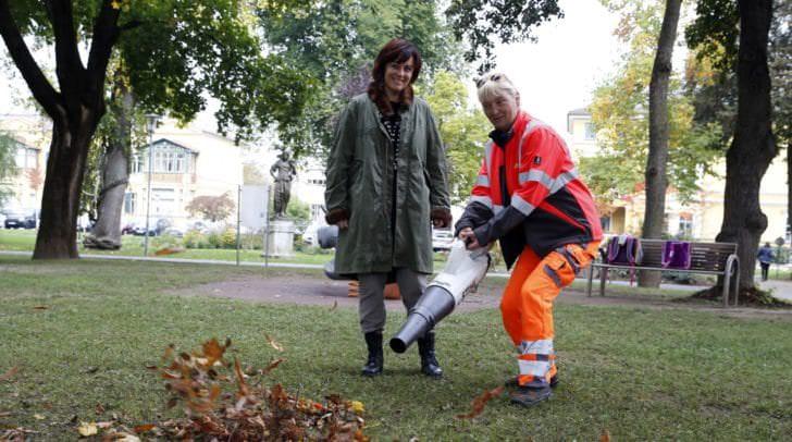 Vizebürgermeisterin Petra Oberrauner mit Stadtgarten-Mitarbeiterin Beatrice Dalecky und dem neuen, leisen Akku-Laubbläser.