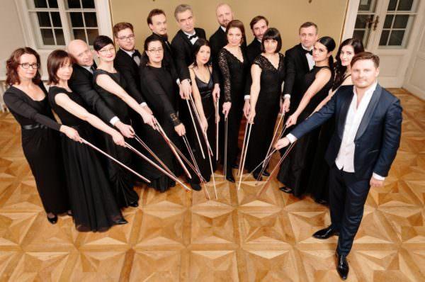 """Das polnische Orchester """"Sinfonietta Cracovia"""" mit Dirigent Jurek Dybal"""