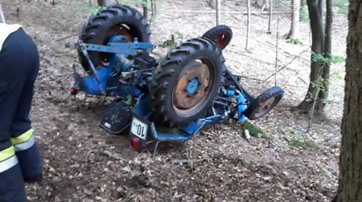 Am Donnerstag, wurde eine Person unter einem umgekippten Traktor eingeklemmt.