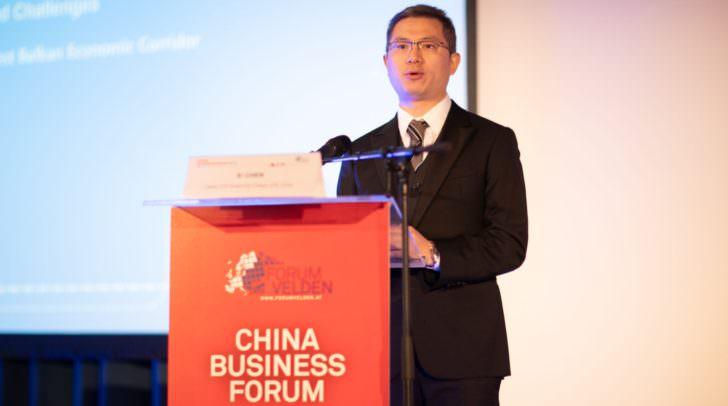 """Xi Chen, Dekan des ZTE Smart City College, präsentierte """"Die neue Seidenstraße"""", die von China bis nach Mitteleuropa führen soll."""