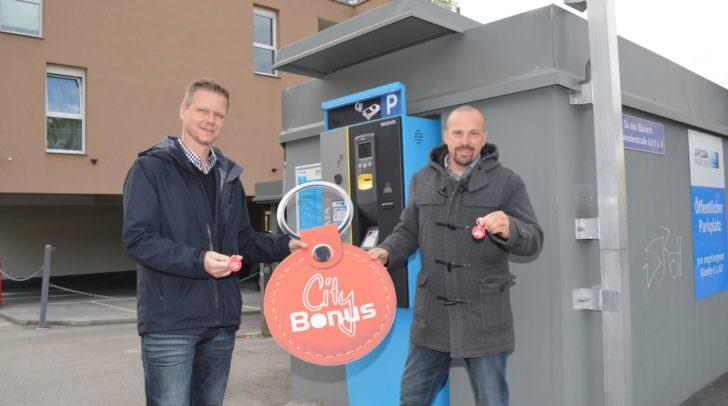 Jetzt mit dem City Bonus auch am Apcoa-Parkplatz im Bereich Steinwenderstraße/Italiener Straße gratis parken. Am Bild von links Reinhard Klemmer und Bernhard Obmann von Apcoa Austria.