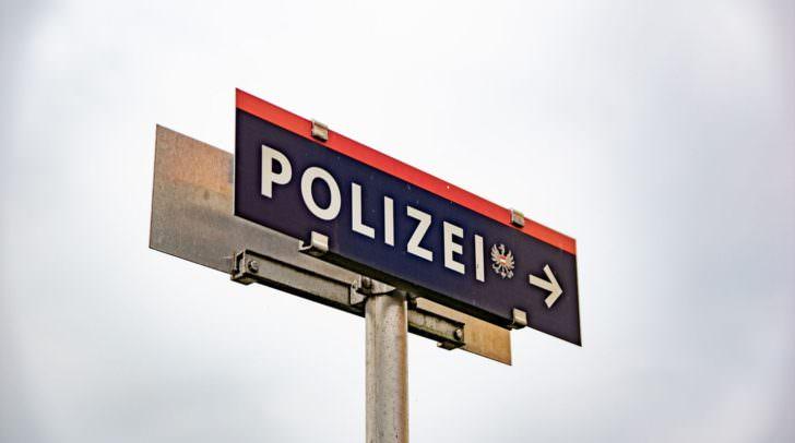 Ein Mann wurde gestern Nacht überfallen, an eine Hausmauer gedrückt und bestohlen.