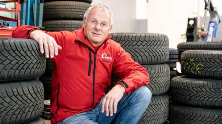 Kundendienstleiter Josef Pechmann ist nicht nur an den Wechseltagen mit Reifen eingedeckt. Ihr könnt eure Reifen hier nämlich auch bei idealen Bedingungen einlagern lassen.
