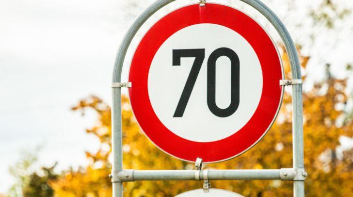 Mit 125 km/h raste ein PKW-Lenker durch eine 70er-Zone. Als er angehalten wurde, beschimpfte er die Polizeibeamten.