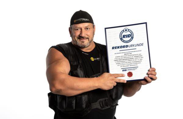 Martin Hoi präsentiert seinen jüngsten Weltrekord
