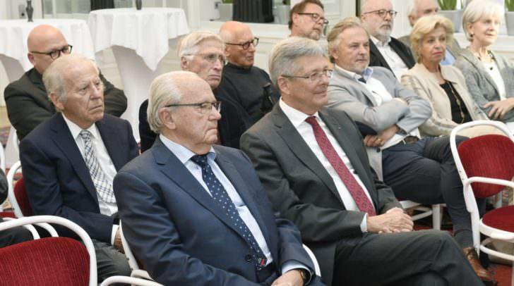 Verleihung des Großen Silbernen Ehrenzeichens der Republik Österreich an Alois Brandstetter.