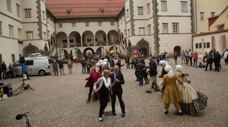 Eröffnung mit Tanz. Die Ehrengäste tanzen mit Tänzern der Tanzschule Huber aus Villach eine Quadrille.