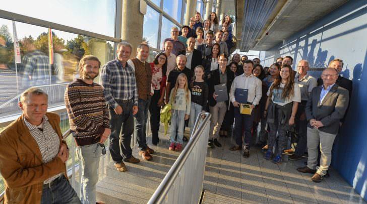 Landesrätin Sara Schaar gratuliert den ersten 14 Absolventinnen und Absolventen des FH Kärnten-Lehrgangs