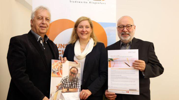 Startschuss für den 11. Kärntner Lyrikpreis: STW-Vorständin Sabrina Schütz-Oberländer und STW-Sprecher Harald Raffer (links) zeigen ein Foto mit einem Rohmodell einer Siegestrophäe mit Prof. Puinbroek.