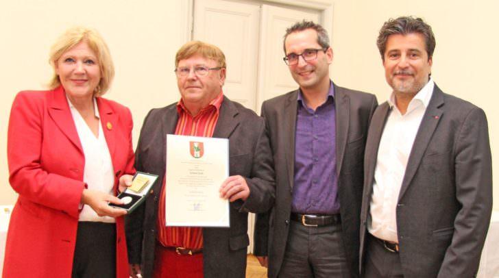 Bürgermeisterin Dr. Maria-Luise Mathiaschitz überreichte im Beisein von Stadtrat Mag. Franz Petritz und LAbg. Stefan Sandriesser an Erhard Gutt den Ehrpfennig.