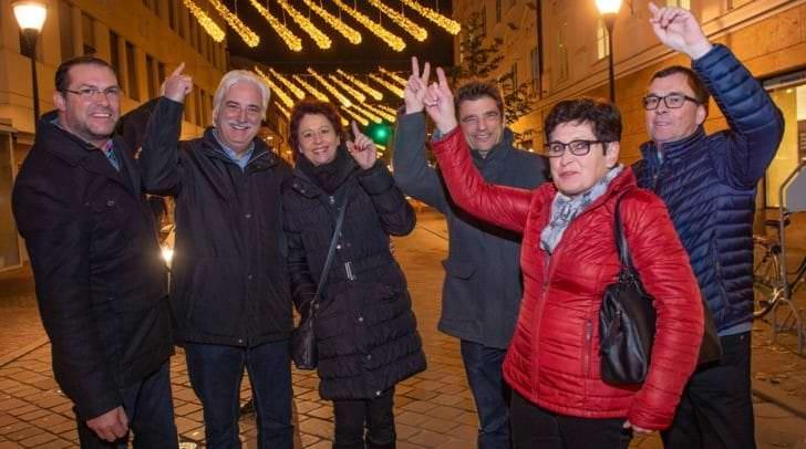 Die neue Weihnachtsbeleuchtung in der 10.-Oktober-Straße hat Wirtschafts-Stadtrat Markus Geiger mit den Geschäftsleuten Plautz, Pflüger und Odreitz eingeweiht.