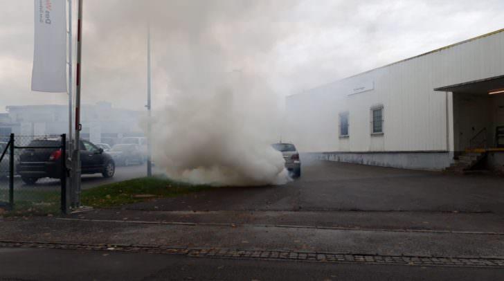Durch die starke Rauchentwicklung wurde ein PKW Brand vermutet.