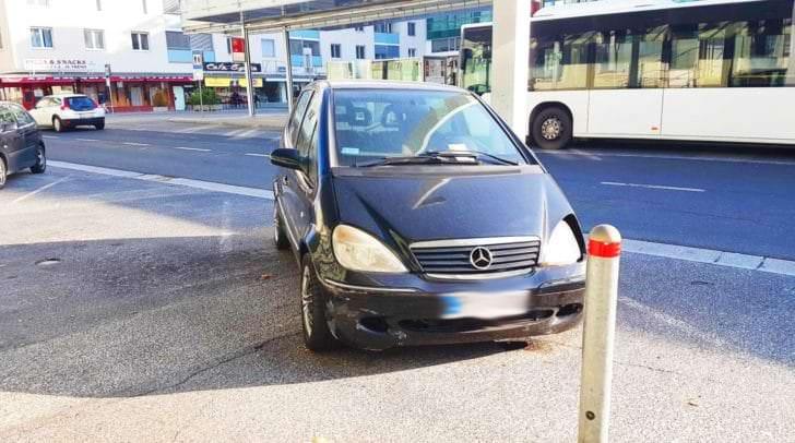 Seit August blockiert der kleine Mercedes den Parkplatz am Hauptbahnhof.