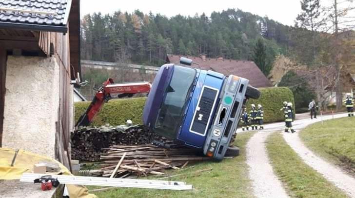 Beim Abladen von Dachziegeln der LKW  umgekippt.