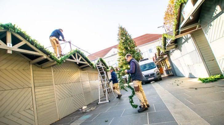 Morgen wird der Adventmarkt eröffnet: Am Neuen Platz wurde bereits fleißig aufgebaut.