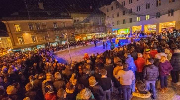 Bei der Eröffnung am Villacher Rathausplatz wurde die festliche Weihnachtsbeleuchtung der Stadt entzunden.