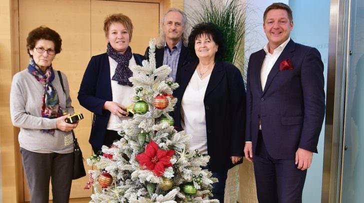 Bürgermeister Günther Albel bedankte sich bei Familie Hudelist, Sieglinde Salcher und Eveline Wiedergut für ihre gespendeten Bäume.