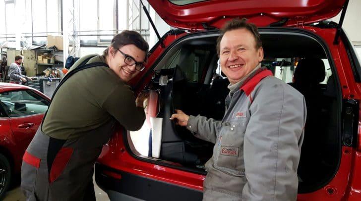 Karl Ebner (rechts) weiß, dank seiner Erfahrung, wie er seinen Kollegen helfen muss.