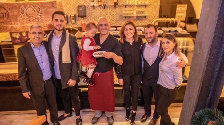 Der MED KITCHEN Chef (Bild Mitte mit kleiner Tochter) wird von der ganzen Familie tatkräftig unterstützt.