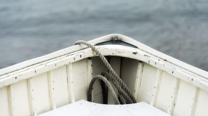 Bei der Kollision mit dem Baumstamm zerbrach der Vorderteil des Ruderbootes und die Urlauber kenterten.