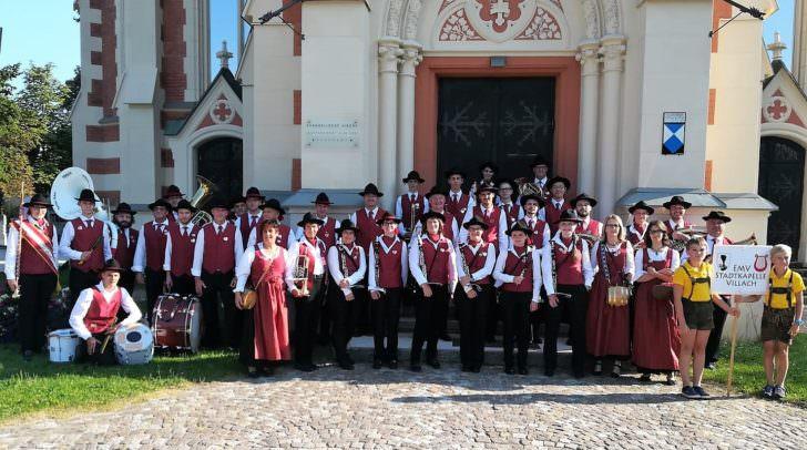 Auch die Stadtkapelle Villach unterstützt Celina.