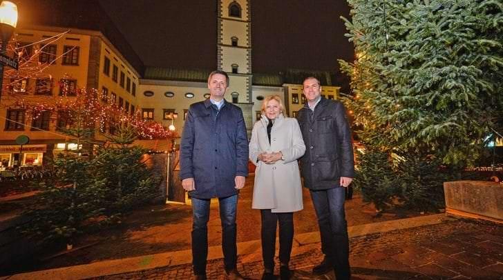 Bürgermeisterin Dr. Maria-Luise Mathiaschitz, Stadtrat Markus Geiger und Dompfarrer Dr. Peter Allmaier eröffneten den stimmungsvollen Weihnachtsmarkt vor der Domkirche.