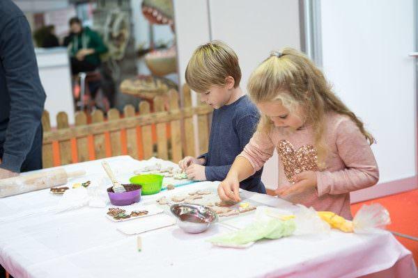Für Kleinen gibt es viel Programm: Vom Malen über Instrumente kann alles ausprobiert werden.