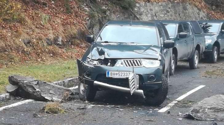 Das Fahrzeug eines Erkundungstrupps wurde durch Felssturz schwer beschädigt. Gott sei Dank wurden keine Soldaten dabei verletzt.