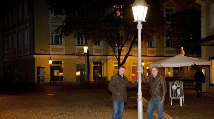 Die alten Straßenlaternen, wie hier am Dr.-Arthur-Lemisch-Platz, erhalten ein energieeffizientes LED-System. Der Altstadtcharakter bleibt unverändert, wie sich Vzbgm. Christian Scheider und Gottfried Mirning (Abt. Straßenbau) vor Ort überzeugten.