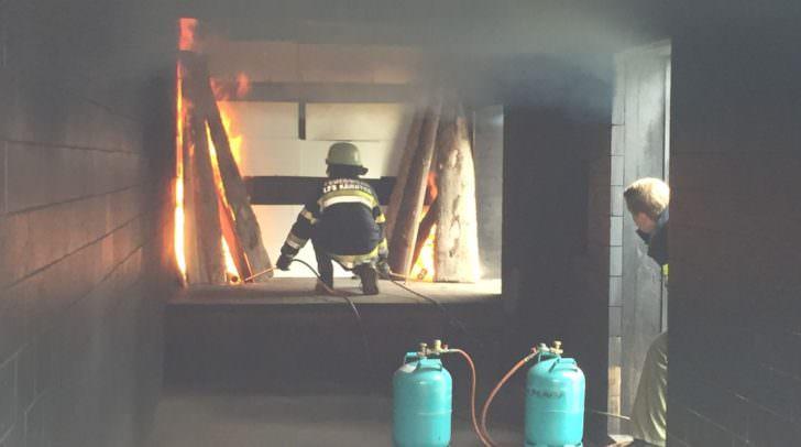 Ein Praxisversuch im Übungscontainer auf dem Gelände der Landesfeuerwehrschule Kärnten in Klagenfurt zeigte den Forschern an der FH Kärnten, welchen Herausforderungen die Feuerwehr bei einem Brand gewachsen sein muss.
