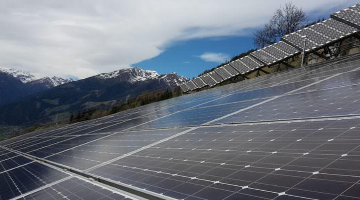 In den Anden setzt die Höhenstrahlung den Solaranlagen zu, in Saudi Arabien verschlechtert Sand die Leistung, auf Teneriffa gibt es Probleme mit der Luftfeuchtigkeit und in den österreichischen Alpen bringt die Schneedecke im Winter Einbußen.