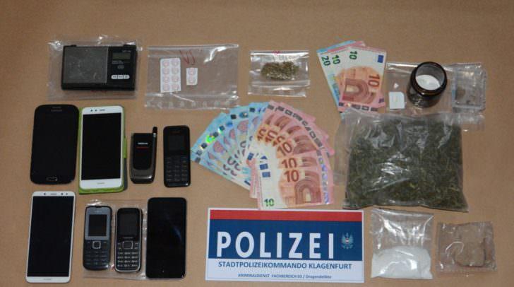 Sichergestellte Gegenstände, Geld und Drogen